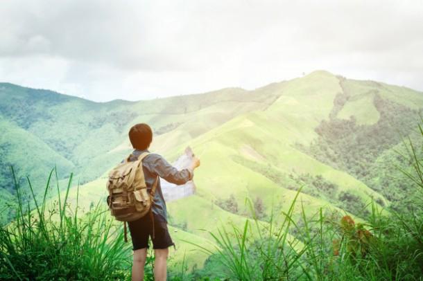 homem-de-viajante-hipster-segurando-o-mapa-em-montanhas-com-vista-incrivel_18497-892